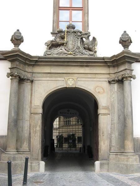 Компанию чешскому льву на этой арке составляет двуглавый орел