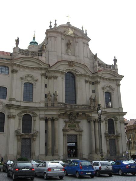 Собор Св. Микулаша (Николая), построенный иезуитами, делит площадь на две части...