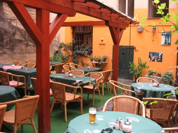 Центр, как и полагается, забит туристами, но даже на Нерудовой улице можно такие тихие дворики,<br/>как этот в кафе «У подгради» (Нерудова, 8)