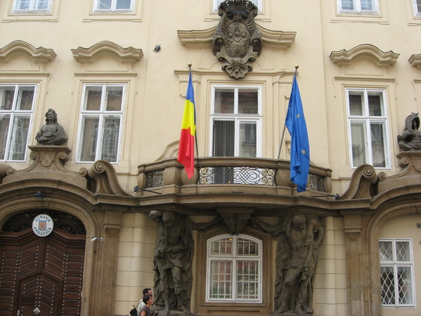 Посольств на этой улице чуть меньше, чем туристов