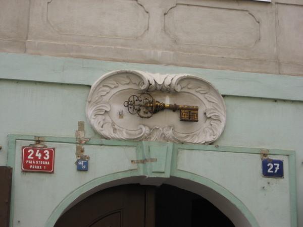 До XVIII века в Праге практически каждый дом имел на фасаде отличительную черту