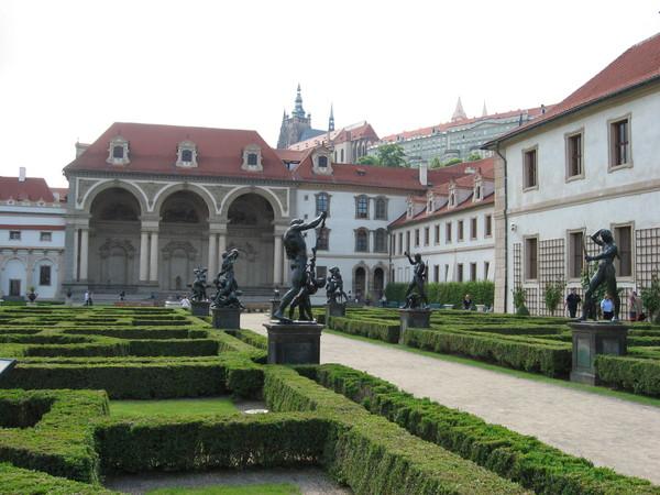 Оригиналы этих статуй шведы в XVII веке увезли в Стокгольм<br/>и теперь они установлены в Дроттнингхольмском дворце
