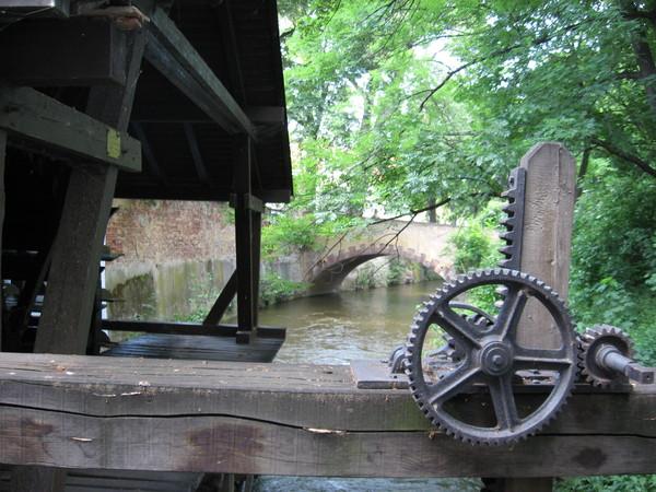 Этот механизм двигает задвижки на Чертовке, что позволяет регулировать силу потока на лопастях мельницы
