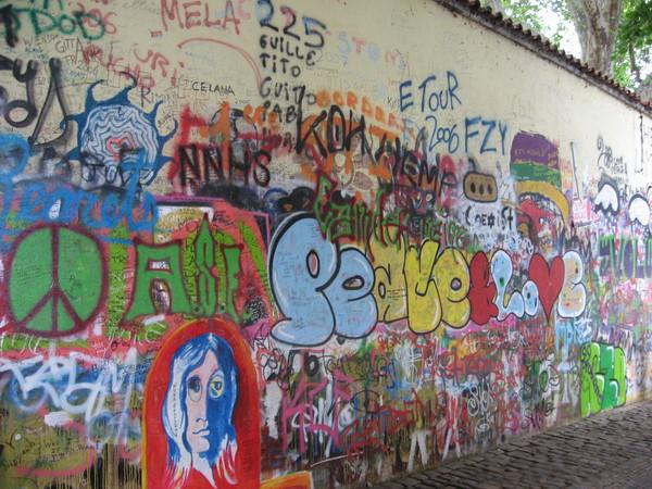 За углом находится «Стена Ленона»