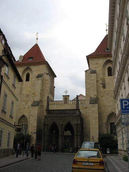 Недалеко от Малостранской площади и Карлова моста находится церковь «Девы Марии под Цепью»