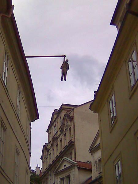 Гусова улица. Говорят, что мужчина на этом памятник работы Давида Черного,<br/>имеет фотографическое сходство с В. И. Лениным...<br/>В Праге я на это внимание не обратил, а сейчас не проверишь - фотографировал мобильником...