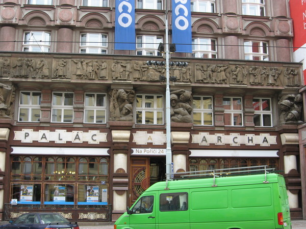 На улице На Пориче попалось здание с самым необычным барельефом в моей жизни