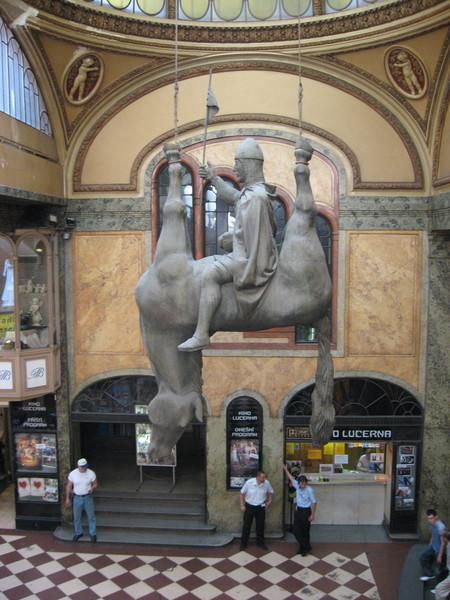 На площади, в универмаге Люцерна есть и другая статуя Св. Вацлав, сделанная Давидом Черным