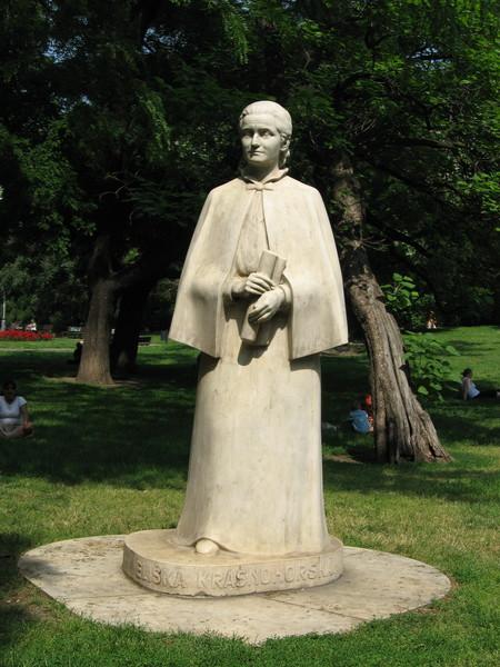 В сквере на Карловой площади стоит памятник Элишке Красногорской