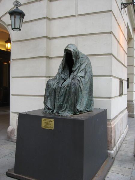 Памятник у Народного театра посвящен Вольфгангу Амадею  Моцарту,<br/>который здесь написал и впервые представил оперу «Дон Жуан»
