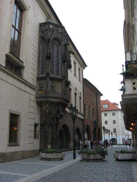 Сохранившийся готический эркер Каролинума - университета, основанного Карлом IV