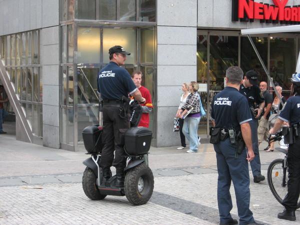 Полицейские развлекались как могли, так как работы для них это все-равно не прибавило