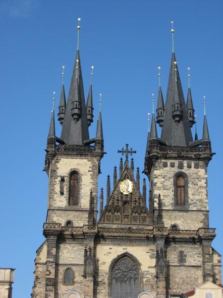 Над Староместкой площадью возвышаются башни церкви Богоматери перед Тыном