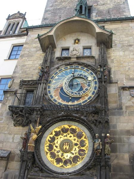 Часы показывают центральноевропейское, старочешское и вавилонское время.<br/>Нижний циферблат - календарь