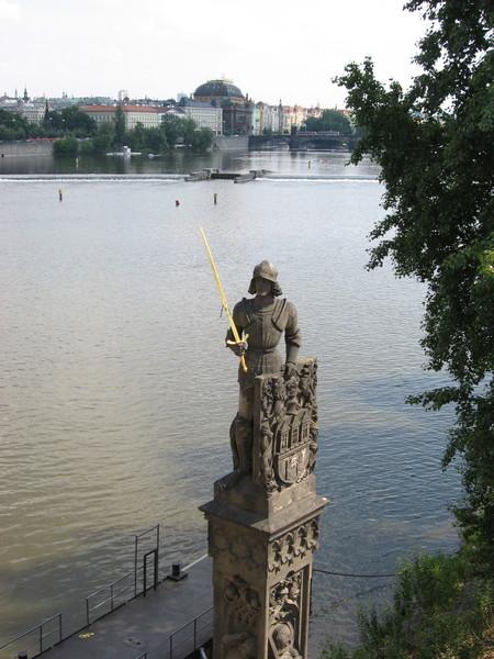 Рыцарь Брюнцвик, чей меч по легенде спрятан в одной из опор моста и должен сам<br/>впрыгнуть в руку хозяина, если на Чехию нападут враги<br/>и не будет сил с ними справиться.