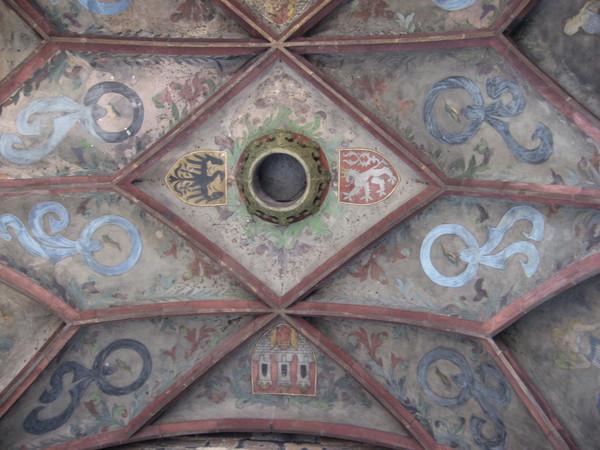 В верхней точке свода арки закреплена корона, так что каждый может на мгновение почувствовать себя коронованной особой