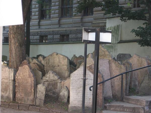 На кладбище есть места, где захоронения достигают 12 слоев
