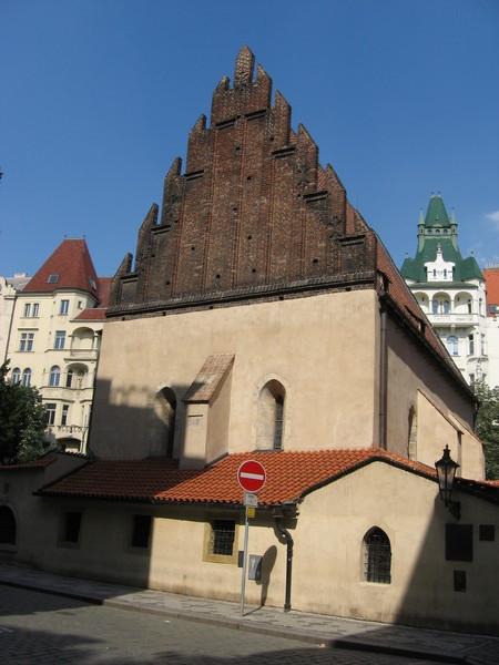 Старо-новая синагога, по преданию, построена из камней, принесенных птицами с развалин Иерусалимского храма