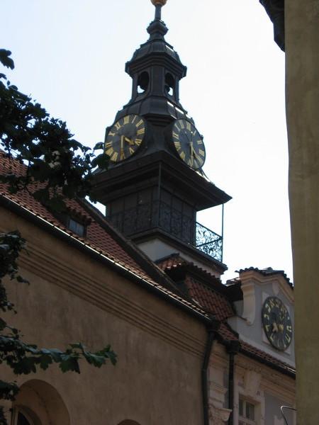 Европейские и еврейские часы, идущие в противоположную сторону
