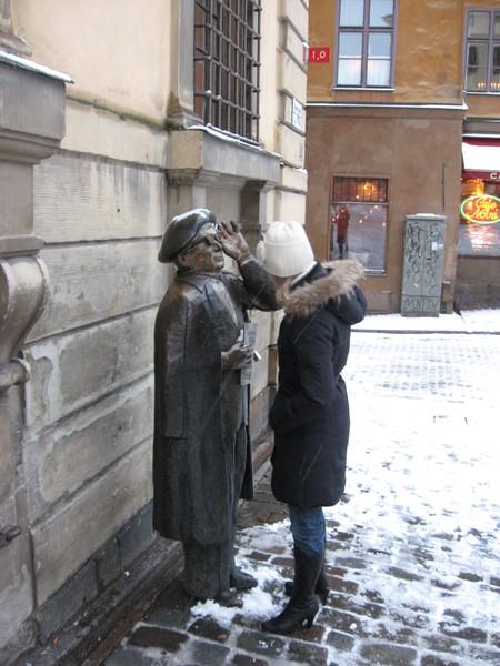 Шведский бард Эверт Тоб, ждущий такси