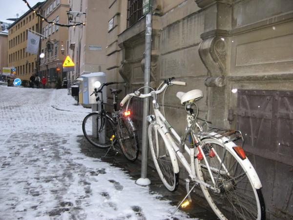 У здания Национального банка припаркованы не автомобили, а велосипеды