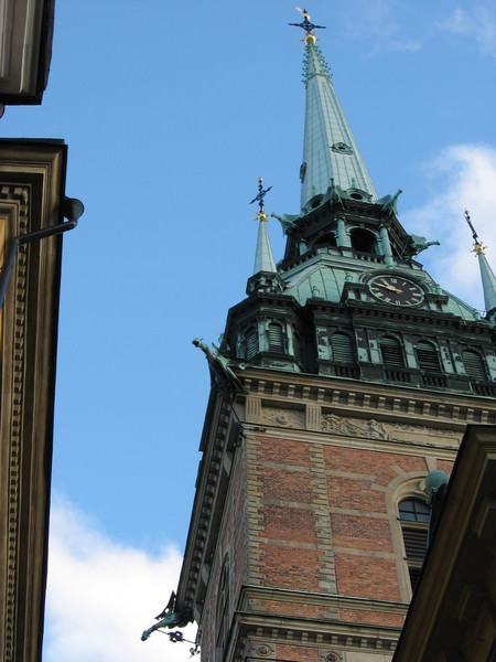 Кстати, сама башня со шпилем и драконами-водоотводами появилась на полтора века позже самой церкви