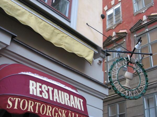 По легенде именно ему было предназначено ядро застрявшее в стене ресторана