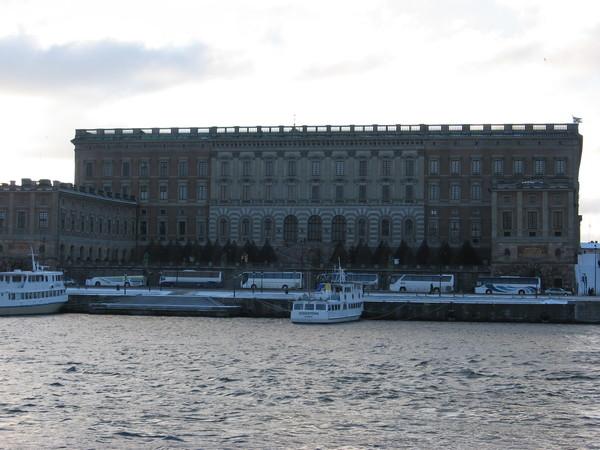 Вид на Королевский дворец с моста Шеппсхольмсбрун