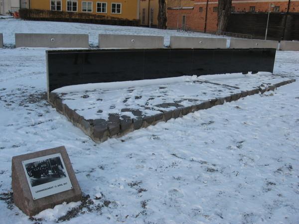 Памятник Ленину - кусок рельса и мостовая, по которой он якобы ходил