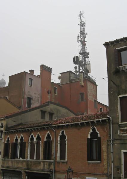 Венеция, несмотря на статус города-музея, не чужда цивилизации. Вот, сотовая вышка