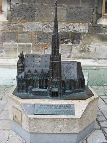 Сбоку главного собора - Св. Штефана - стоит его чугунный макет
