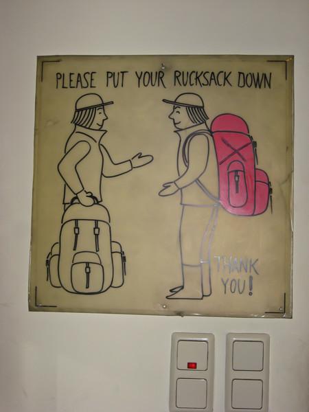 У входа в лифт, ведущий на колокольную башню просят снимать рюкзаки - кабина маленькая