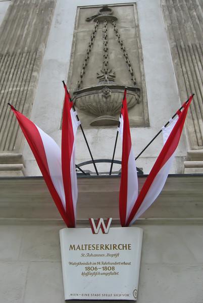 Здания, представляющие историческую ценность, отмечаются не только табличкой и веером красно-белых вымпелов