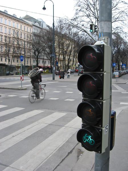 Для велосипедистов есть не только выделенные дорожки, но и выделенные светофоры.