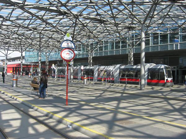 Трамвайный круг выглядит как настоящий ж/д вокзал