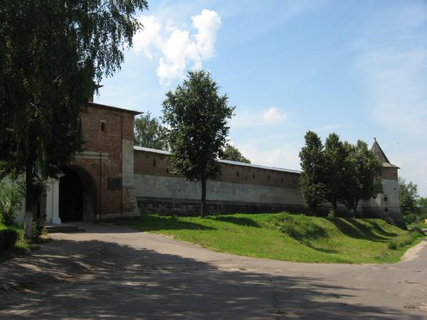 Это единственная в России полностью сохранившаяся каменная крепость начала XVI века