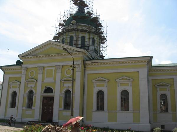 Собор Иоанна Предтечи (1904) внутри оказался неожиданно светлым и нарядным,<br/>чем напомнил <a href=http://www.shchepotin.ru/comment.php?type=img&id=1019>храм Святого Духа в Градец-Кралове</a>