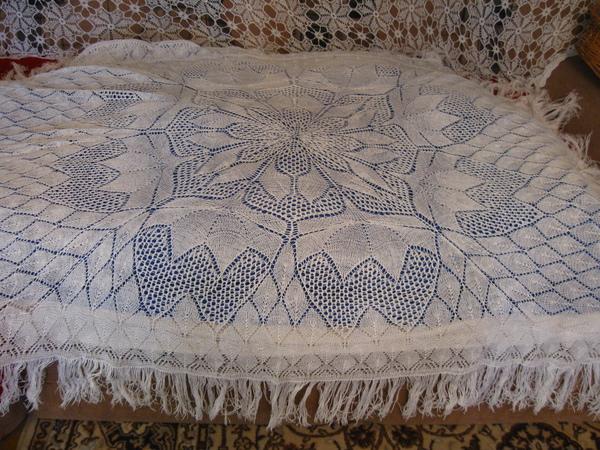 Эти ажурные салфетки и скатерти связаны спицами из ниток Ромашка и ирис.