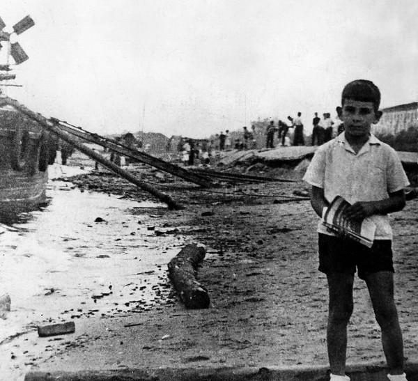 1965 - Игорь с книжкой у баржи