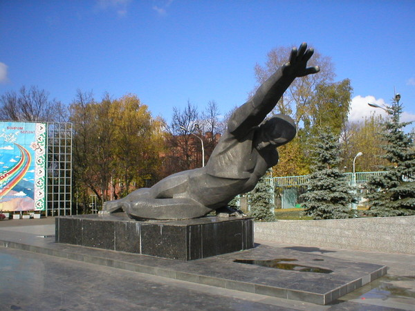 На пути дорожников оказалась часть парка.  В Казани вырубают парк Горького.