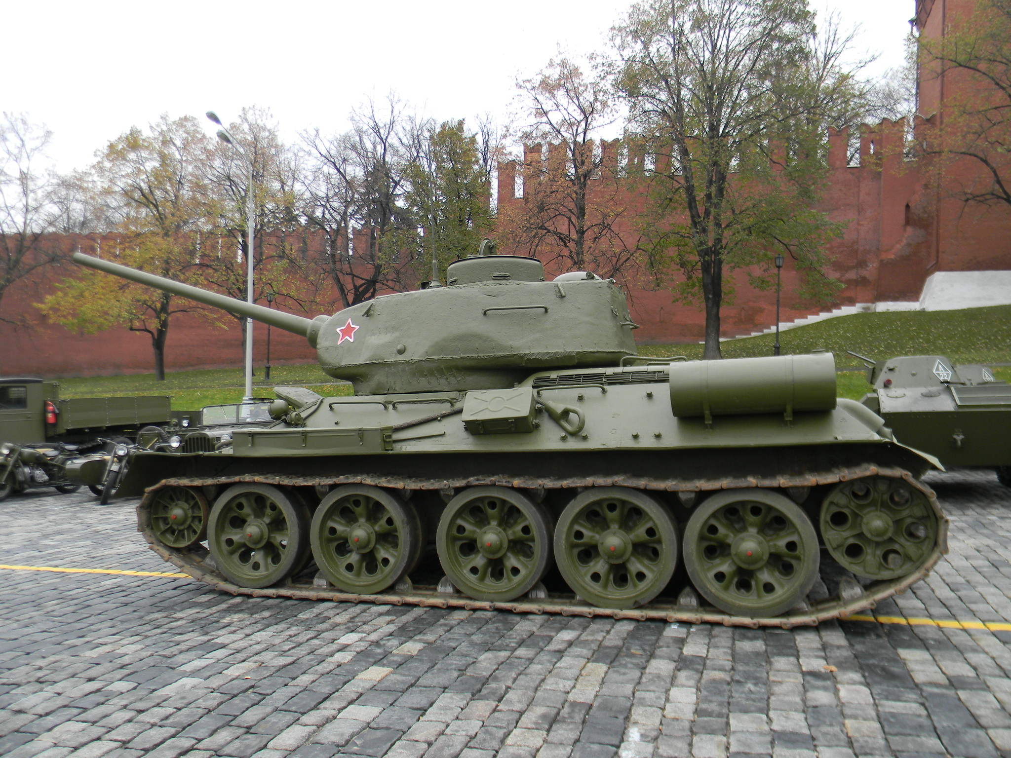 Танк Т-34-85 на площади Васильевский Спуск