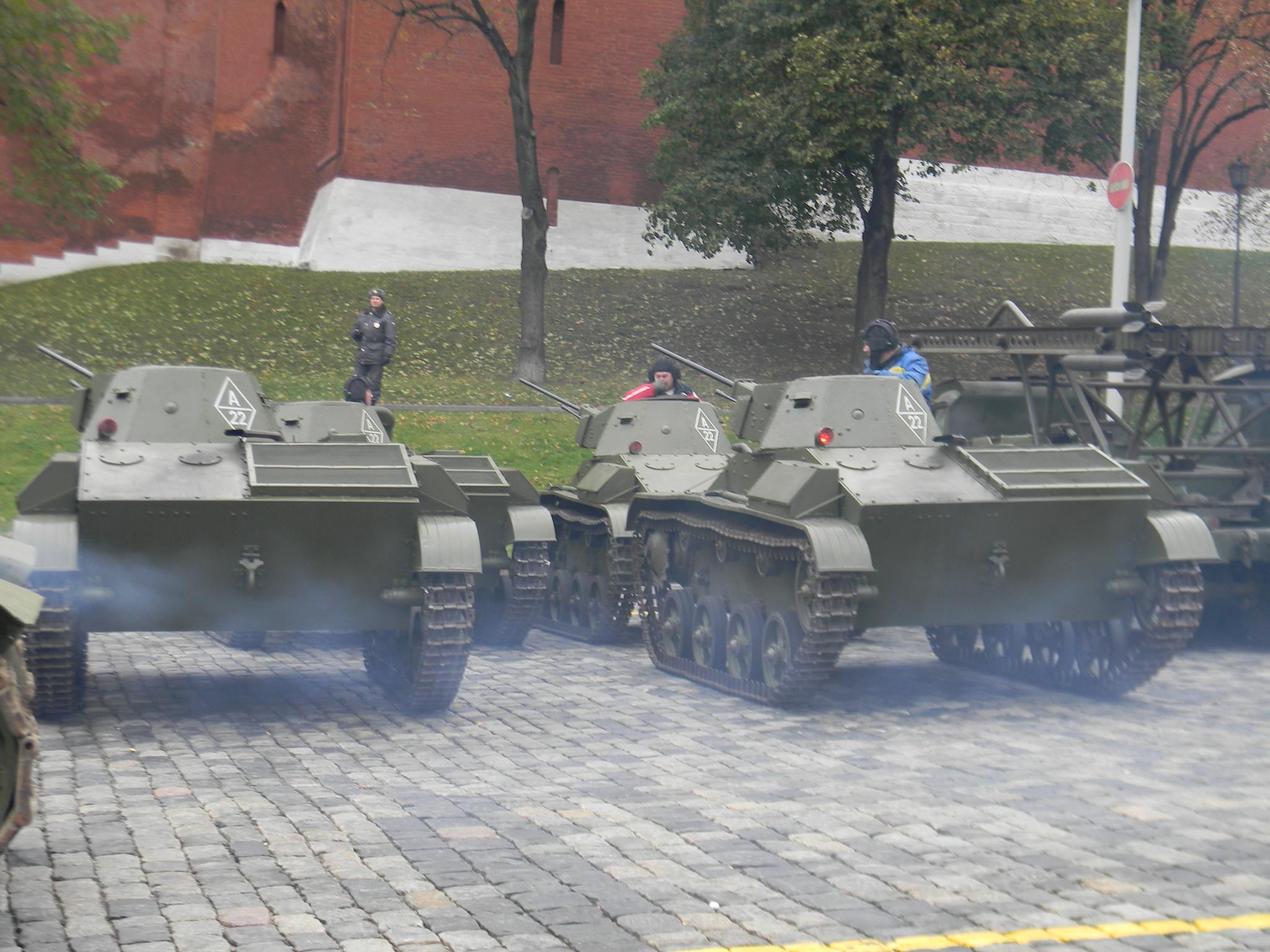Лёгкие танки Т-60 на площади Васильевский Спуск