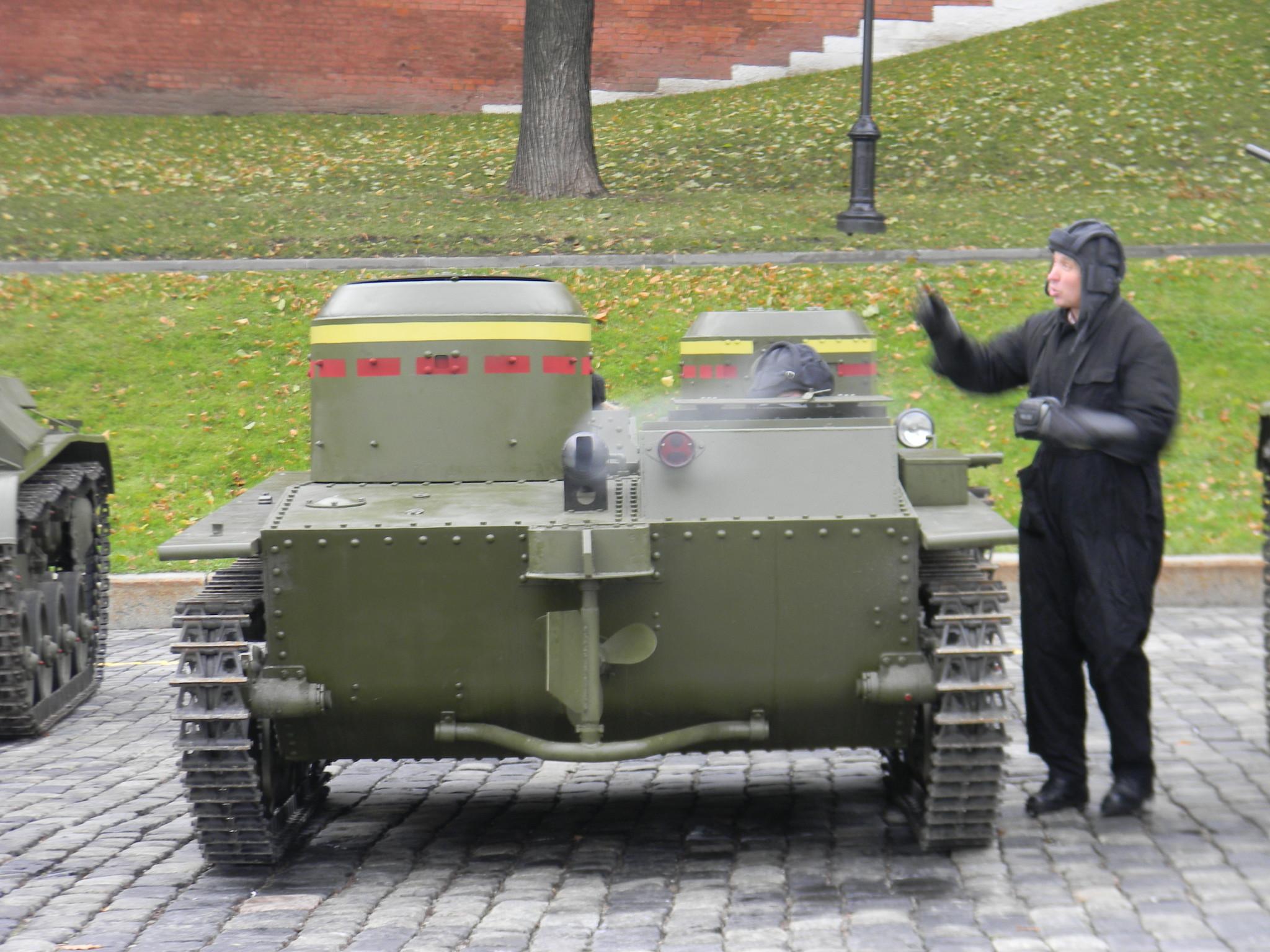 Малый плавающий танк Т-38 на площади Васильевский Спуск