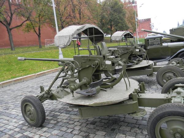37-мм автоматические зенитные пушки образца 1939 года (61-К) на площади Васильевский Спуск