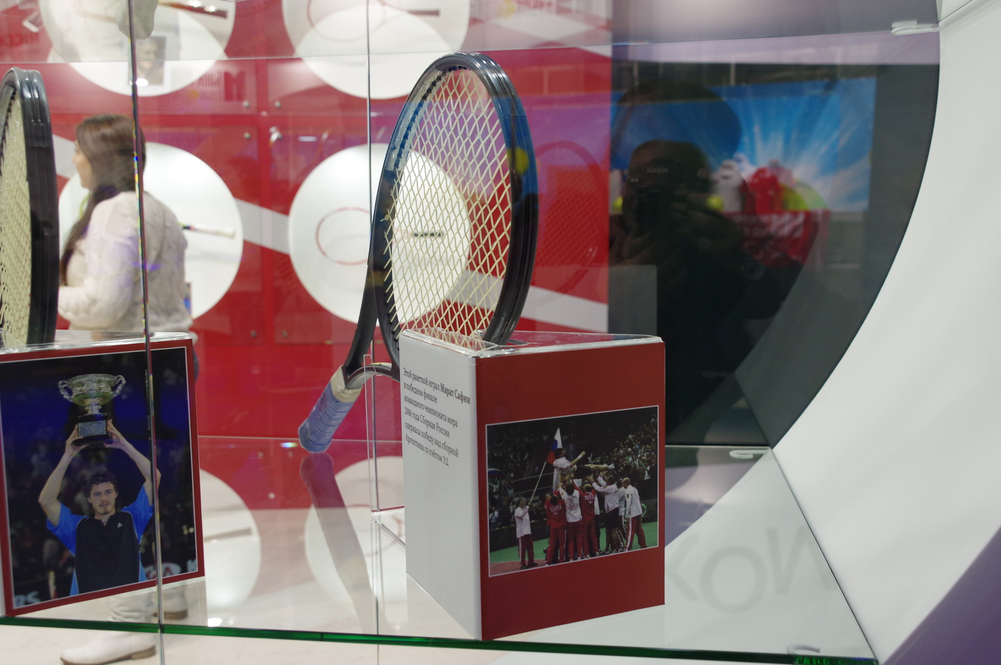 Этой ракеткой играл Марат Сафин в победном финале командного чемпионата мира 2006 года. Сборная России одержала победу над сборной Аргентины со счётом 3:2
