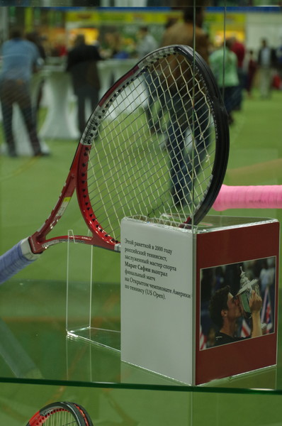 Этой ракеткой в 2000 году Марат Сафин выиграл финальный матч на Открытом чемпионате Америки по теннису (US Open)
