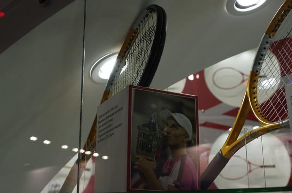 Этой ракеткой в 2004 году Светлана Кузнецова выиграла свой первый турнир «Большого шлема» - Открытый чемпионат Америки по теннису (US Open)