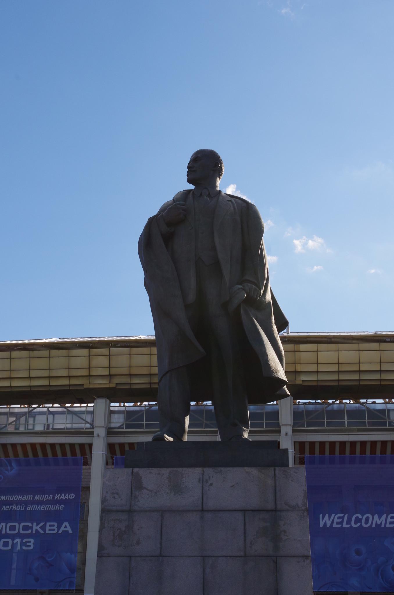 Памятник Ленину установлен в 1960 г. у главного входа на территории спорткомплекса