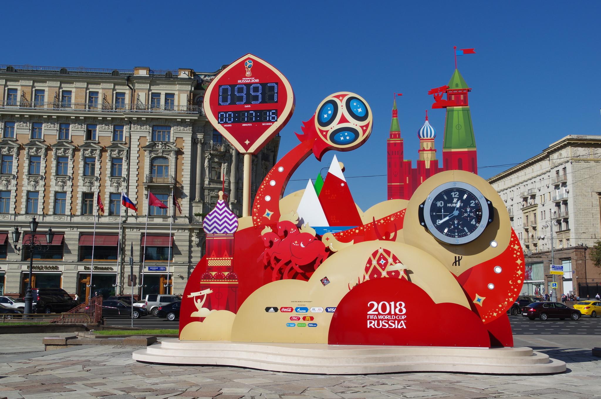 Часы обратного отсчёта до старта ЧМ-2018 на Манежной площади