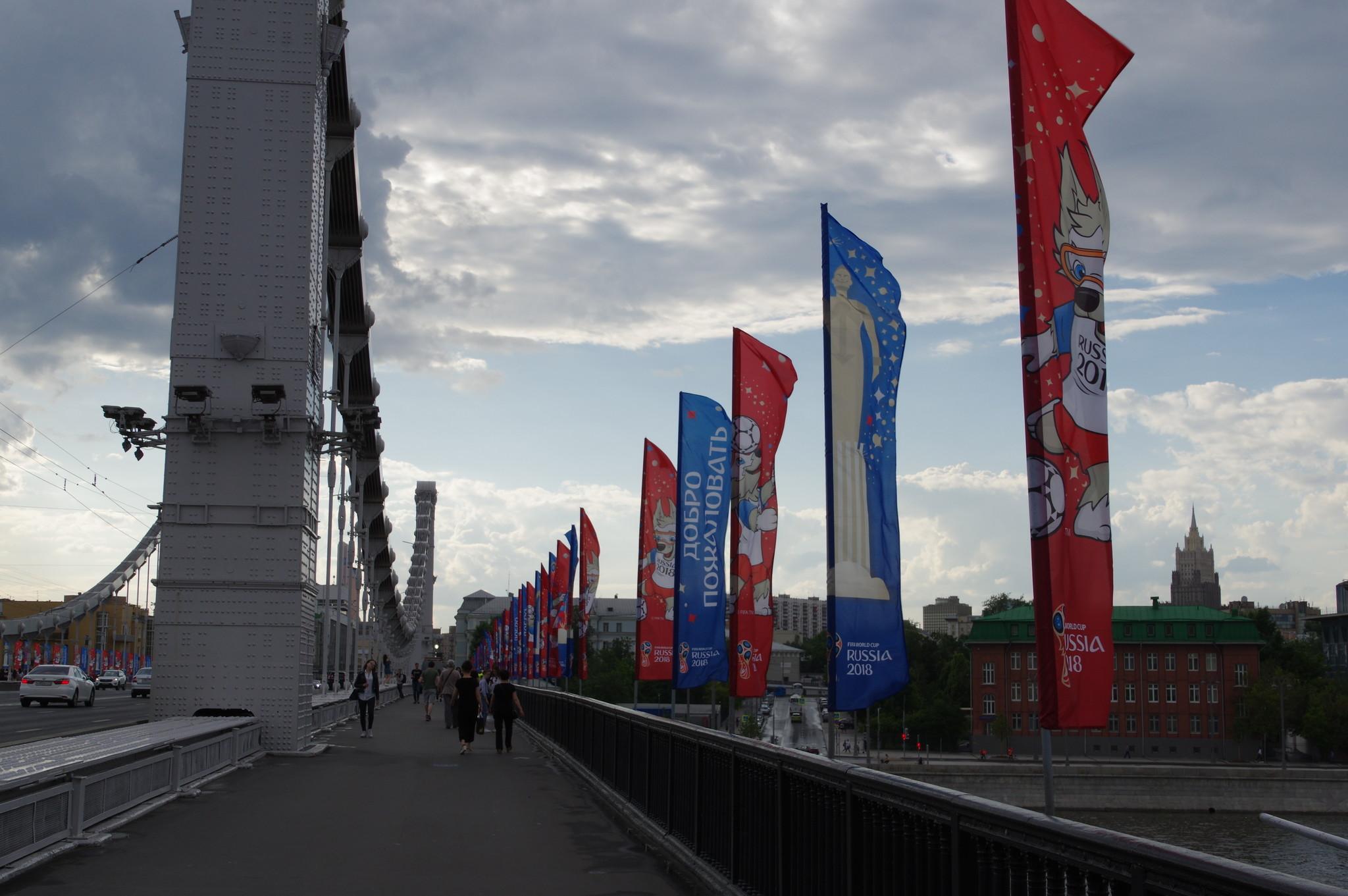 Флаги с символикой чемпионата мира по футболу на Крымском мосту